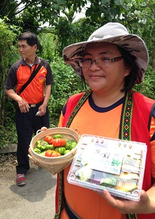 在馬太鞍經營農場瑪布隆農場的柯春伎,農場上隨時都有野菜。攝影:廖靜蕙
