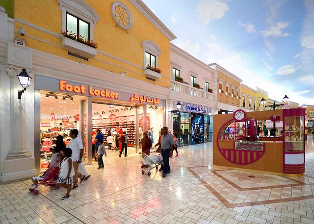 Fachadas de las tiendas del interior del centro comercial Villaggio de Doha