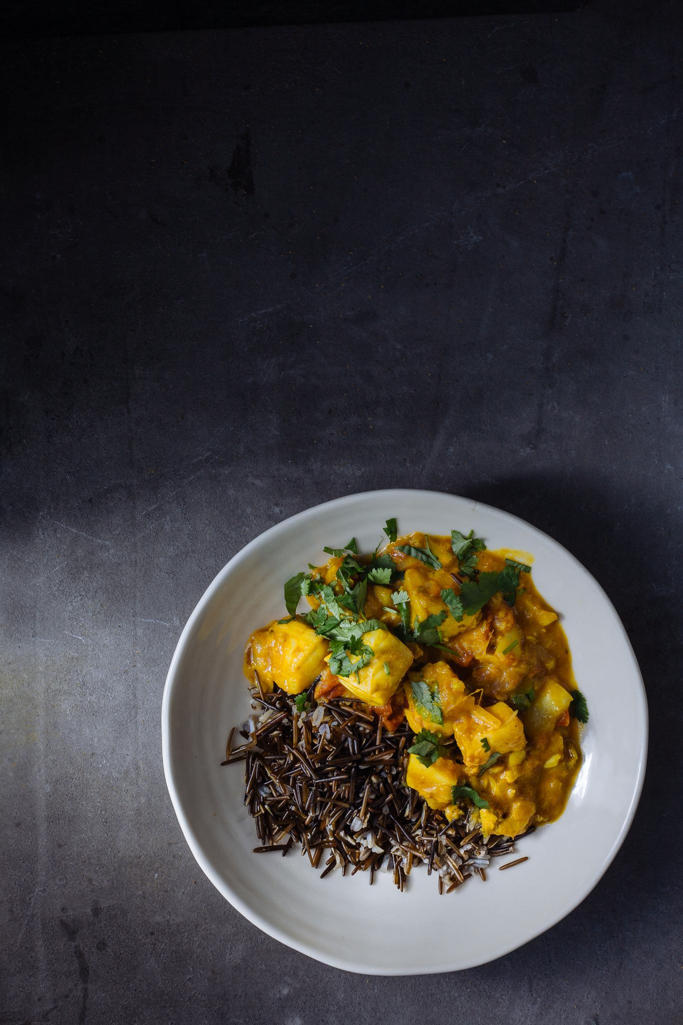 Caril de peixe com arroz selvagem