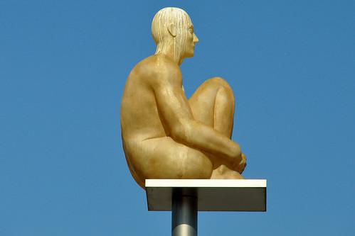 """Musée à ciel ouvert. Die """"Conversation à Nice"""" ist eine Installation des katalanischen Künstlers Jaume Plensa. Es handelt sich um 7 Polyester-Figuren, die auf 9 Meter hohen Masten entlang der Straßenbahnschienen über dem Place Masséna angebracht sind. Sie sollen die 7 Kontinente symbolisieren. Die knienden Herren werden nachts farbig beleuchtet - und tagsüber ein beliebter Lande- und Ruheplatz für Tauben und Möwen. Die französische Post hat eine Briefmarke zu diesem Kunstwerk herausgegeben. Foto Brigitte Stolle, Nizza im März 2016"""