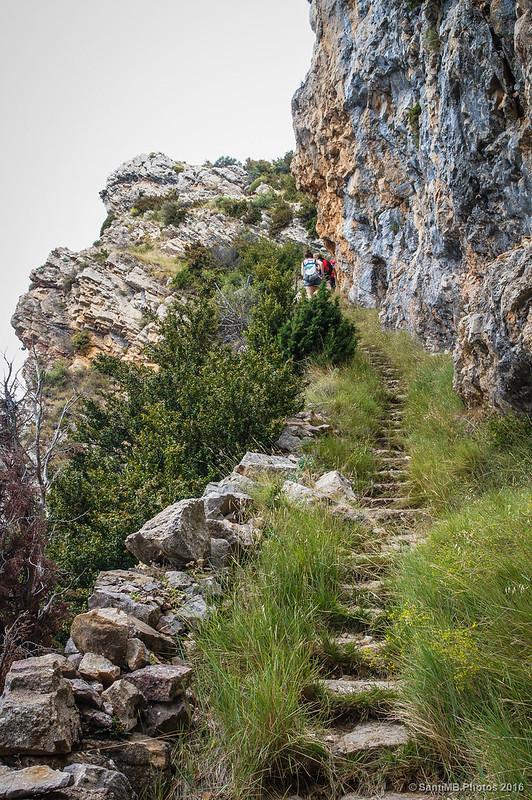 El sendero se convierte en escalinata.