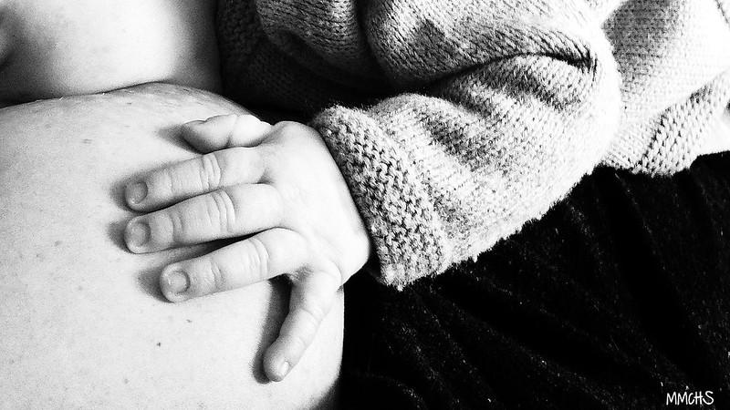 bebe mamando en la crisis de los tres meses