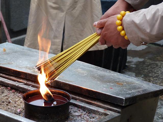 Encendiendo incienso en el Templo de A-Má (Macao)