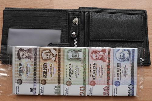 Geldbörse voller Scheine
