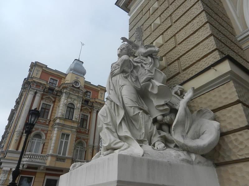 Оперный, статуи