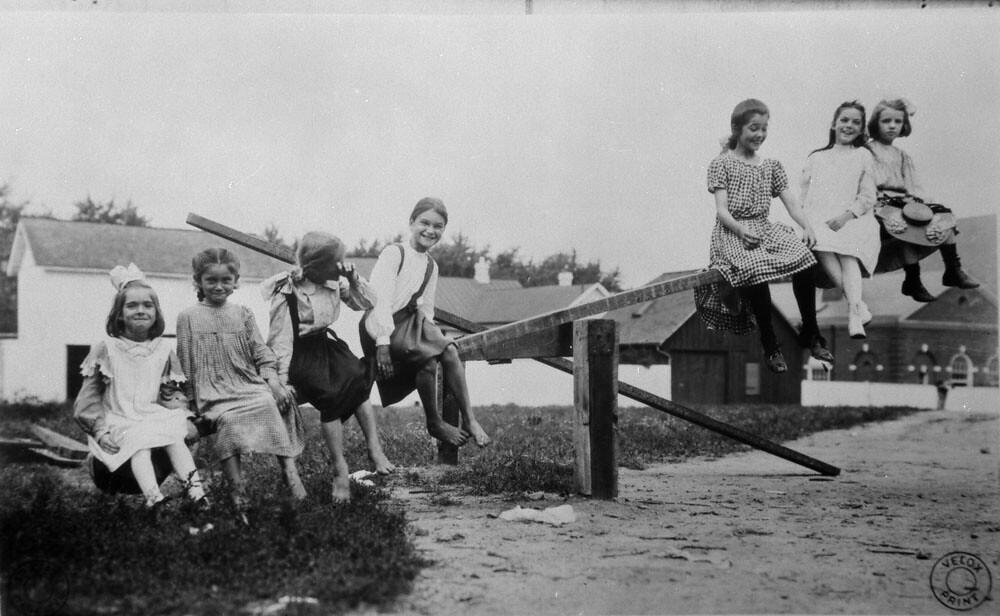 Seven girls on a see-saw / Sept fillettes sur une balançoi ...