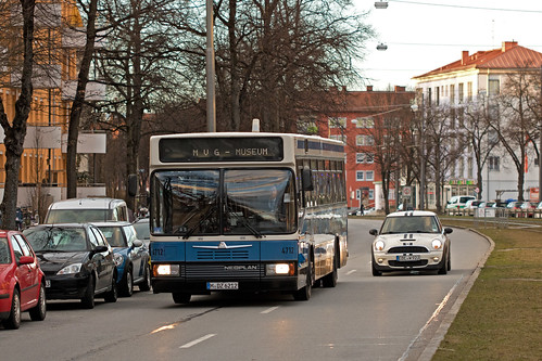 Neoplan 4712 liefert sich ein Rennen in der Schwanseestraße