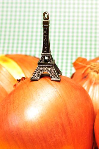 Die Original Pariser Küche Kochbuch nachgekocht Zwiebelsuppe französische Pariser Soupe à l'Oignon Rezept Zwiebel Zwiebeln Weißwein Gemüsebrühe Käse Butter Brillat-Savarin Suppe Suppen Paris Eiffelturm Foto Brigitte Stolle Mannheim 2016