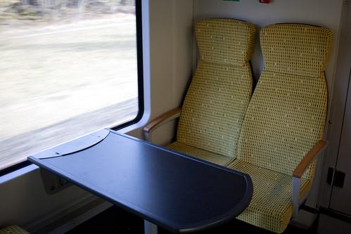 Sitze der ersten Klasse mit großen Tischen