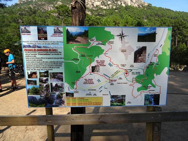 Panneau des parcours PR1 à PR5 A Punta Bunifazinca affiché au Parc Aventure Tyroliana