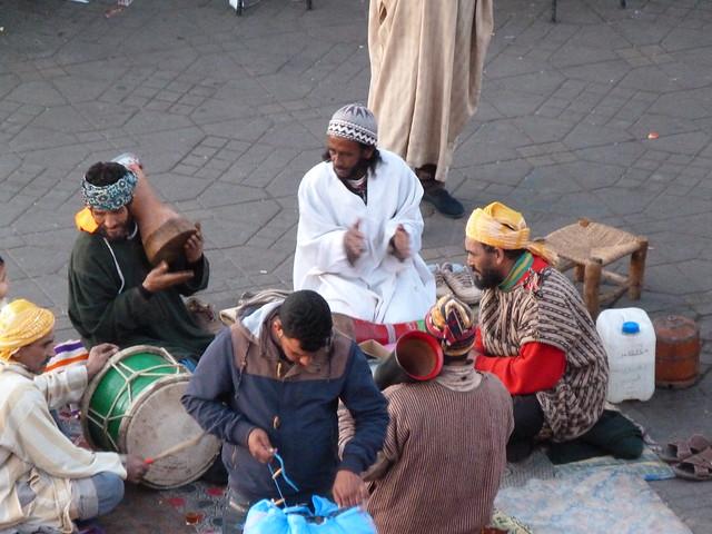 Músicos en la Plaza Jemaa el-Fna de Marrakech