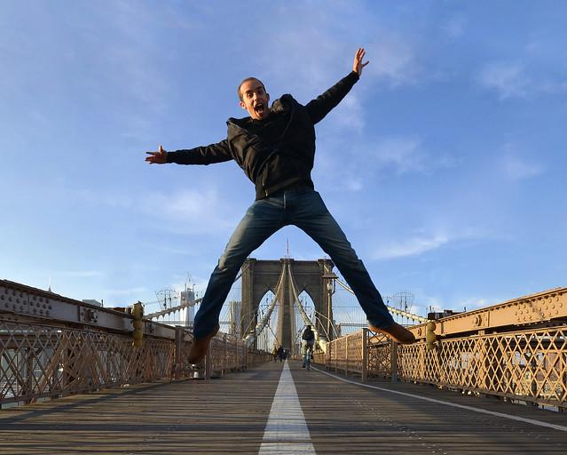 Saltando sobre el puente de Brooklyn de Nueva York