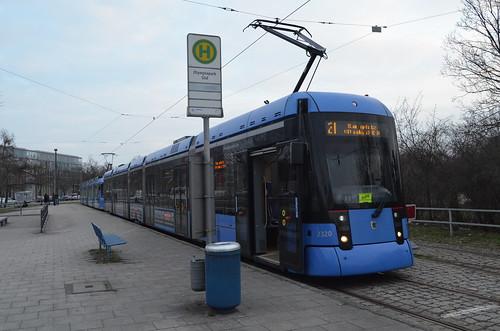 Die neueste Variobahn 2320 und ein R3 warten an der Haltestelle »Olympiapark Süd« (Bild: Leo Papic)