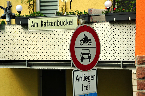 """Die frühere """"Freie Reichsstadt"""" Neckargemünd liegt circa 10 Kilometer von Heidelberg entfernt an der romantischen Burgenstraße im Neckartal. Hier mündet der kleine Fluss Elsenz in den Neckar. Schön ist das barocke Stadttor (inklusive Torhäuschen), durch das man in die Stadt einfahren kann und das 1788 zu Ehren des Pfälzischen Kurfürsten Karl Theodor erbaut und """"Karlstor"""" genannt wurde. Eine Inschrift in lateinischer Sprache heißt übersetzt: """" Nicht zur Sicherheit der Stadt, sondern zum Ruhme des Kurfürsten Karl Theodort von der Pfalz wurde das Tor erbaut; dem Pfälzer wie dem Fremden heilig, wird es Jahre überdauern."""" Ein schöner Marktplatz mit Fachwerkhäusern und überall idyllische kleine Winkel. Früher hatten die Neckargemünder den Spitznamen """"Ölkrüge"""". Es gab zahlreiche Ölmühlen und die gewonnene Flüssigkeit wurde in Tonkrügen aufbewahrt, die Neckargemünder Töpfer herstellten - der Ölkrug ist Symbol der Stadt. Die Villa Menzer ist eine Gründerzeit-Villa und war einst Wohnhaus von Julius Menzer (1846-1917) und seiner Familie. Menzer war griechischer Konsul, Reichstagsabgeordneter und Besitzer einer Weingroßhandlung; er führte als erster griechische Weine nach Deutschland ein ... Nachfolgend die fotografische Ausbeute eines Bummels durch Neckargemünd (April 2016). Foto Brigitte Stolle"""