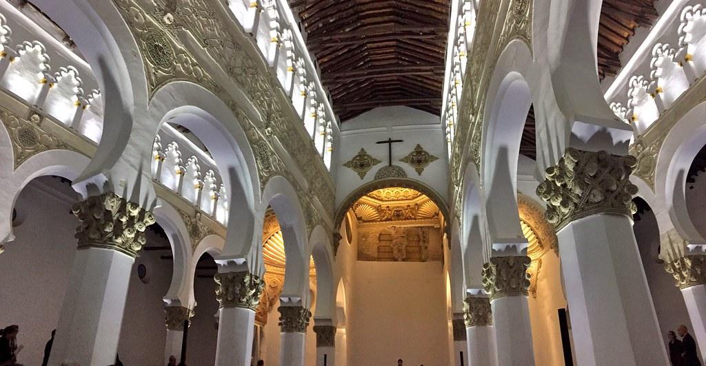 La antigua Sinagoga de Santa María la Blanca, con su nueva iluminación interior