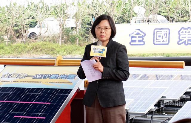 蔡英文出席全台第一座浮動型光電啟動典禮,強調政府推動再生能源決心,強調要優先修法。攝影:李育琴