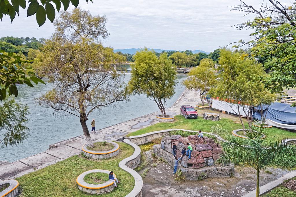 Río Valles y parque Luis Donaldo Colosio en un día nublado ...
