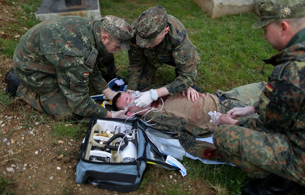 Alarmübung der Sanitäter im Einsatz KFOR | Soldaten des deut… | Flickr | {Sanitäter bundeswehr 15}