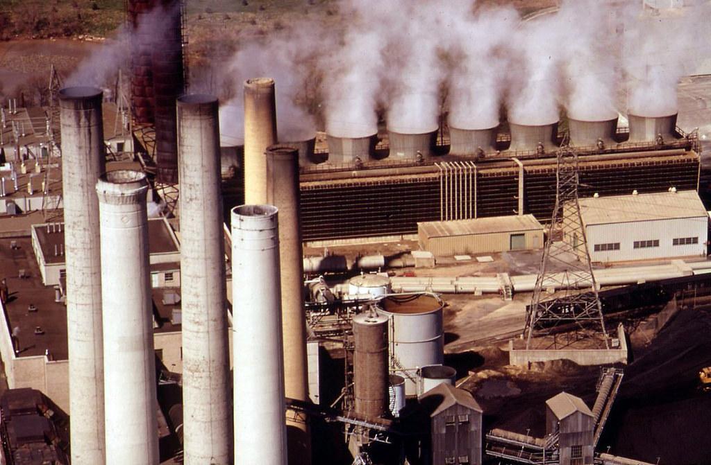 燃煤電廠排放溫室氣體。圖片來源:Stuart Rankin(CC BY-NC 2.0)