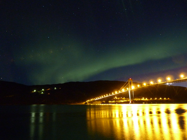 Aurora boreal en un puente de Laponia Noruega