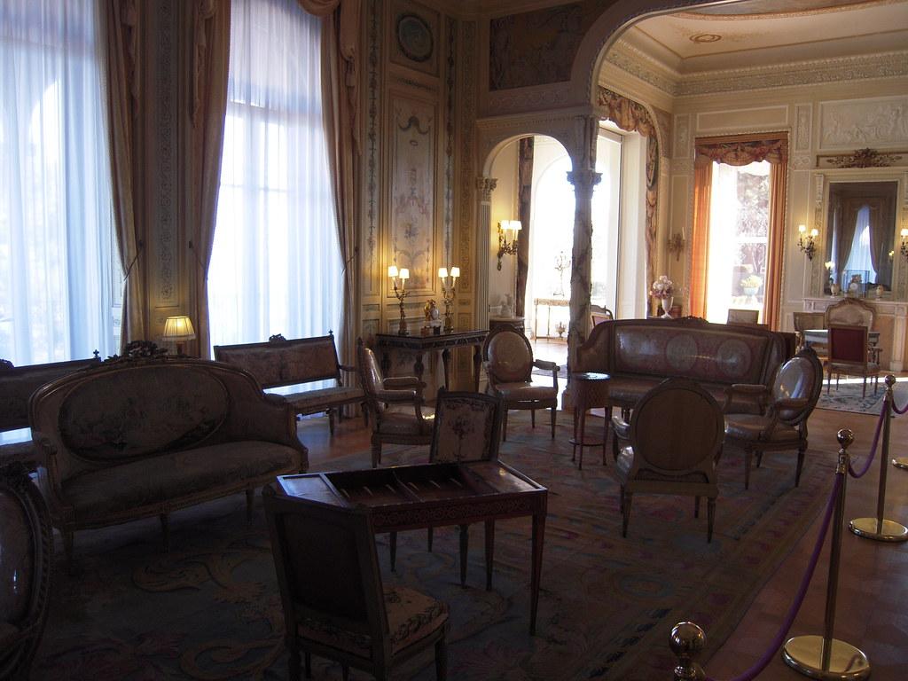 Le grand salon le plus somptueux de la villa il donne for A plus salon normal il