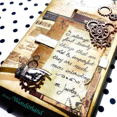 dettaglio della copertina, traveler's notebook della Webster's pages, decorata in stile vintage e con una citazione