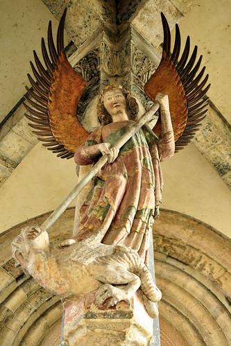 Schwäbisch Hall. Die große Freitreppe mit ihren 53 Stufen, die bis zu 70 Meter breit sind und im Sommer als Schauplatz der Freilicht-Festspiele dienen, führt mit weitem Schwung vom Marktplatz zur Kirche Sankt Michael hinauf. In der Vorhalle findet man den Erzengel Michael als Drachentöter, eine Statue, die um 1300 entstanden ist. Die Kirche wurde 1156 geweiht; im 15. Jahrhundert wurden alle romanischen Teile niedergerissen. Die gotische Hallenkirche mit ihrem netzgewölbten Schiff entstand erst danach. Die Kirche ist reich ausgestattet mit einem geschnitzten Hochaltar, Schnitzaltäre in den Seitenkapellen und vielen herausragenden Kunstwerken. Wer mag, kann die 160 Stufen in den Turm hinaufsteigen und die Aussicht über Schwäbisch Hall genießen. Sehr schön: die Sonnenuhr und die Monduhr mit den Mondphasen Foto Brigitte Stolle April 2016