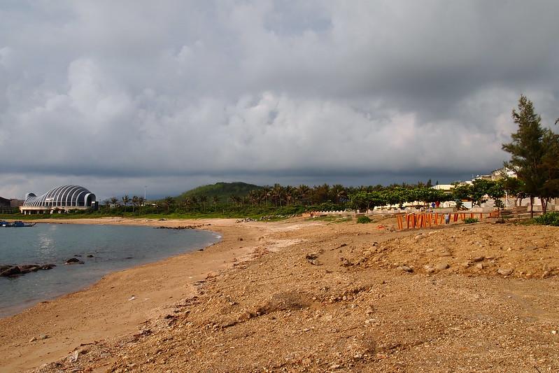 河川局在後灣沙灘進行海堤工程,近年沙灘退縮嚴重,民眾質疑是過度水泥化所造成。攝影:李育琴