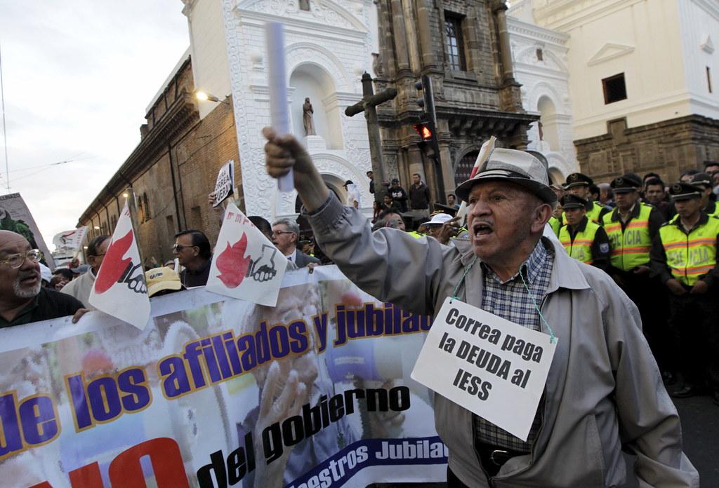 柯雷亞政府取消補助國家社會保險機構IESS,又限制罷工,引起勞工大眾極端不滿。(圖片來源:Guillermo Granja/Reuters)