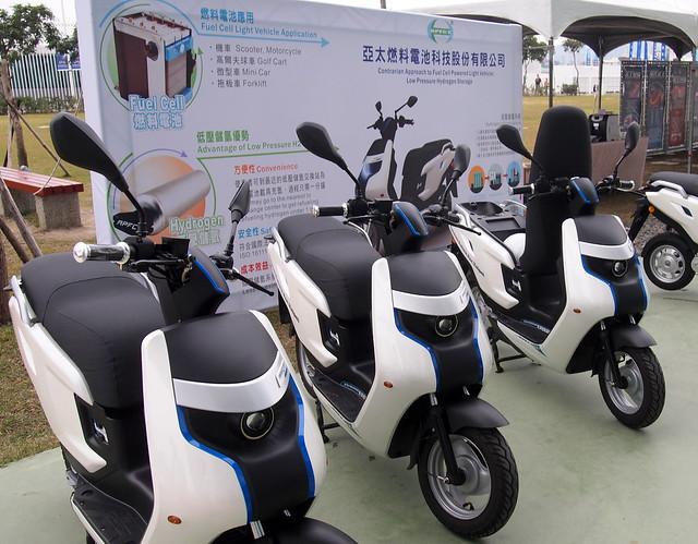 台灣的燃料電池機車研發低壓儲氫交換瓶,有產業優勢。攝影:李育琴