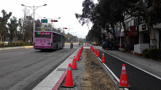 新生南路三段人行道拓寬工程已近完工,後續樹木生長的情況需持續監督觀察。攝影:林倩如。