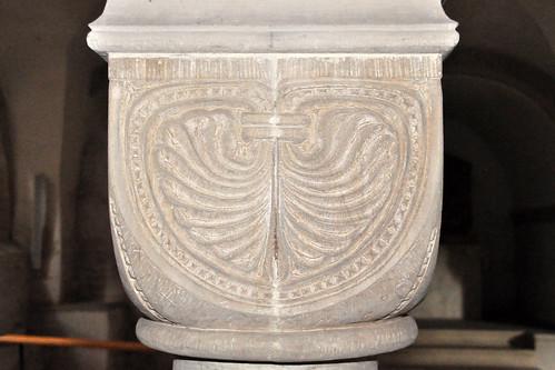 Ellwangen an der Jagst. Sie prägt das Stadtbild entscheidend mit: Die Basilika St. Vitus (St. Veit) am Marktplatz, ein spätromanischer Gewölbebau aus dem 13. Jahrhundert. Schon von Weitem sind ihre drei romanischen Türme sichtbar. Es ist die dritte Kirche, die an dieser Stelle steht - die Anfänge gehen bis zum Gründungsjahr Ellwangens im Jahr 764 zurück und sie gilt sogar als bedeutendste romanische Gewölbebasilika Schwabens. St. Veit wurde zwischen 1182 und 1233 als Klosterkirche erbaut, war 1460 Hofkirche der Fürstpröpste und wird seit 1952 als katholische Pfarrkirche genutzt. Der Innenraum wurde 1661 barockisiert, ab 1737 erhielt er Rokoko-Elemente. Ab 1959 begannen Renovierungsmaßnahmen, wobei die Krypta wiederhergestellt werden konnte. Interessant: Direkt an die Nordwestfassade angeschlossen ist die evangelische Jesuitenkirche. Es gibt sogar eine Verbindungstür zwischen beiden Kirchen. Foto Brigitte Stolle April 2016