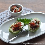 Avocadohälften mit Tomaten-Füllung