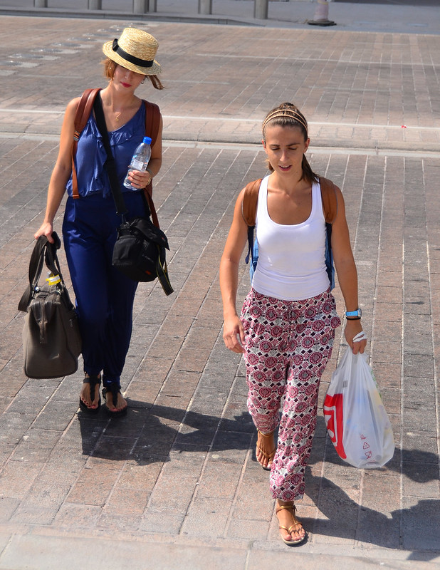 Los más guiris de Doha caminando con maletas