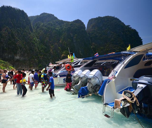 Barcas y speedboats en la orilla de Maya Beach en islas Phi Phi