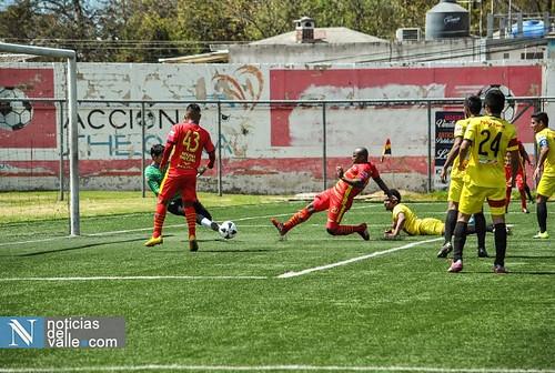 Los gallos del Deportivo San Pedro golean sin su afición en los graderios