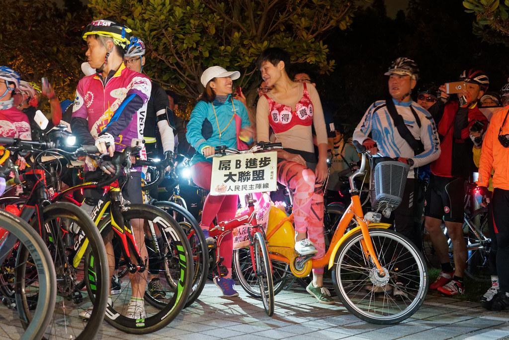 日日春協會與人民民主陣線的「屌B進步大聯盟」,造型誇張搶眼。(攝影:林佳禾)