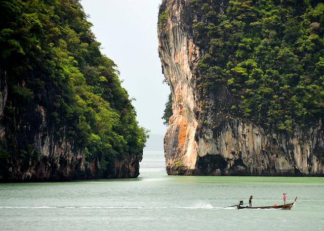 Pescadores entre las islas de los islotes de la bahía de Phang Nga
