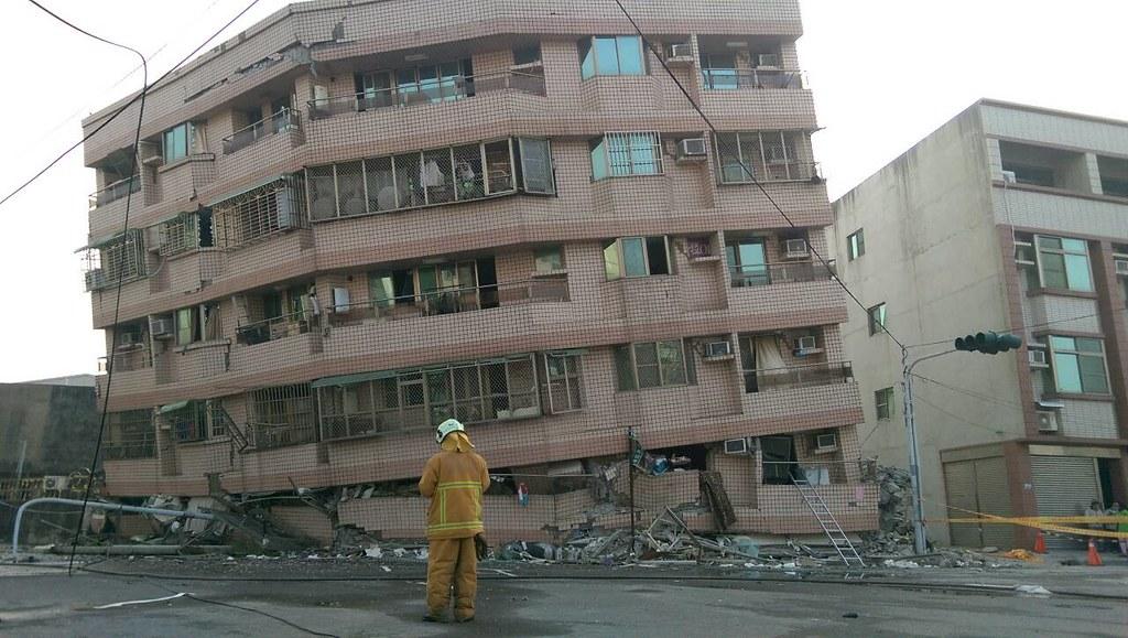 南台強震,台南多處發生樓坍災情。圖為永大路。圖片提供、攝影:李慧宜。