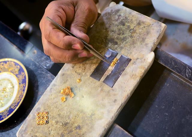 Manos artesanas trabajando el oro en Doha