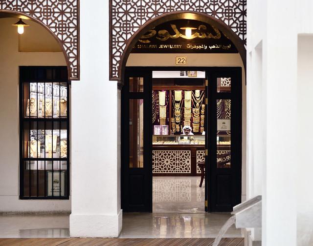 Comerciante del Souq del Oro de Qatar, una de las visitas imprescindibles que ver en Doha