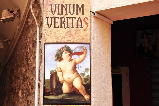 """Menton (Côte d'Azur) liegt westlich der Seealpen und ganz nahe an Italien. Das Klima ist mild, so dass im Umland Zitronen- und Orangenbäume kultiviert werden. Menton ist für sein Zitronenfest (Fête du Citron) bekannt, dass jährlich im Februar stattfindet und viele Besucher anlockt. Bis 1848 gehörte Menton zum Fürstentum Monaco; erst seit 1860 ist es französisch. Über die rund 25.000-Einwohner-Stadt schrieb Franz Liszt dereinst: """"Nirgendwo hat mich das Glücksgefühl so wie hier übermannt."""" – Wir hatten ebenfalls Glück mit dem Wetter und haben einen schönen Tag in Menton verbracht. Neben dem Zitronenfest, der geschichtsträchtigen Architektur und einiger bemerkenswerter Kirchen ist der alte Friedhof interessant, der Hafen, das Cocteau-Museum, die leckeren Spezalitäten, die Altstadt … Menton – Impressionen & Allerlei Teil 1 Foto Brigitte Stolle 2016"""