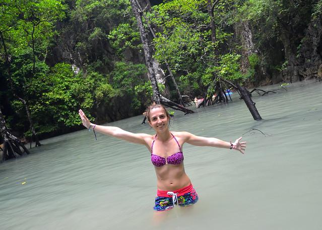Diana con los brazos abiertos dentro de la laguna de Koh Phanak