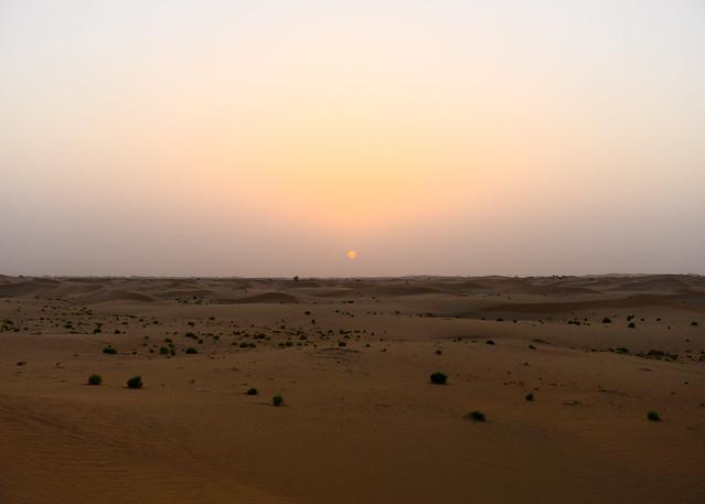 Puesta de sol en el desierto de Liwa en Abu Dhabi