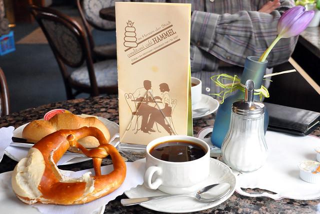 Schön, dass es noch solche gemütlichen, altmodischen Café-Häuser, wie hier das Café Hammel am Milchmarkt in Schwäbisch Hall, gibt. Nette Bedienung, leckeres Frühstück und noch dazu einen tollen Fensterblick auf die Altstadtgässchen.