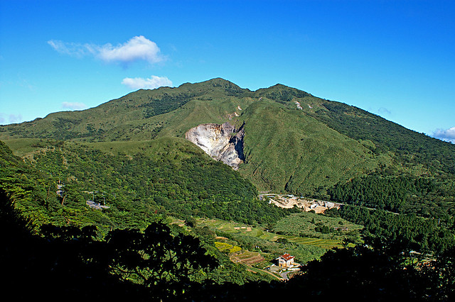 自百拉卡公路眺望七星山與小油坑。攝影:peellden(CC BY-SA 3.0)