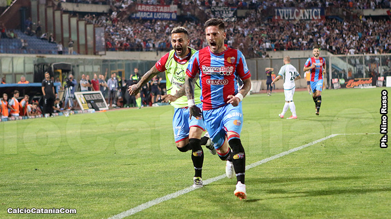 Andrea Russotto esulta dopo il gol alla Feralpisalò, ultimo in rossazzurro