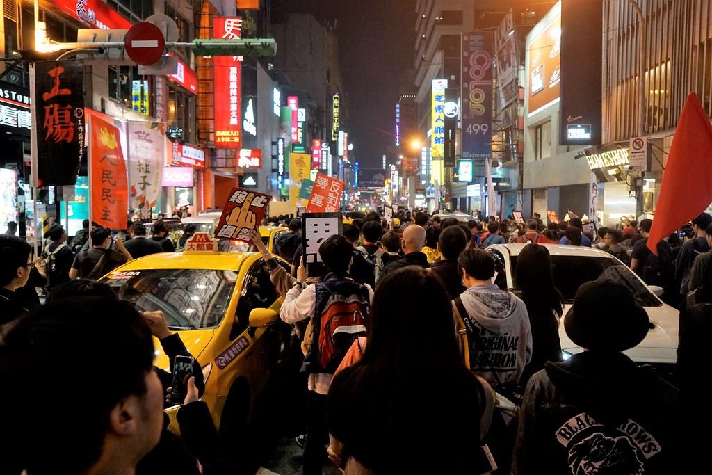 街頭游擊開始後,群眾逆向走入西門町的街道,造成交通堵塞。(攝影:張智琦)