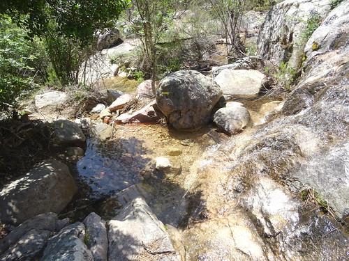 Balises repeintes vers un affluent du ruisseau de Ranedda
