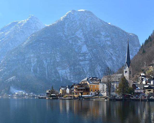 Orillas del lago Hallstätter con el pueblo de Hallstatt al fondo